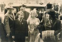 Svatba bratrance Šámala u sv. Ludmily na náměstí Míru (1947)