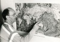 Zdeněk Kukal před mapou oceánského dna (1995)