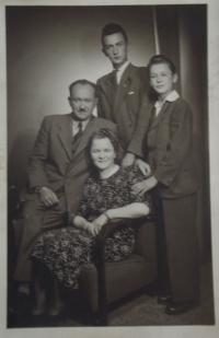 Rodinná fotografie s rodiči a bratrem