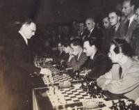 Václav Daněk (vpravo), při simultánní šachové partii