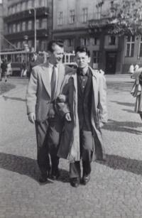 Václav Daněk s tatarským lingvistou Šalílem Mahmudovem (?), polovina 50. let v Praze
