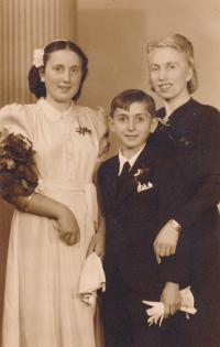 Olga Raisová with Her Mother and Brother (1942)