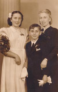 Olga Raisová s matkou a s bratrem (1942)