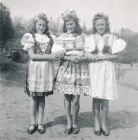 Olga Raisová (1. zleva) na oslavě dne mládeže (1943)