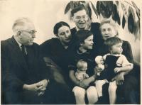 Olga Fialová s rodinou (Cilbulka, Vánoce 1959)