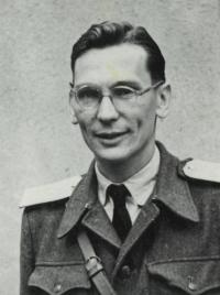 Pamětník ve vojenské uniformě