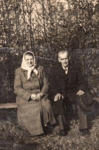 Babička Anna a dědeček Matěj Cihlářovi, Osek u Duchcova, 1956