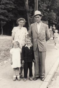 1953, Klatovy, s rodičemi a bratrem Karlem