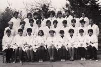 před maturitou, pamětnice horní řada, třetí zleva,  SZŠ - Lipová, Brno, obor lékárenský laborant