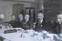 """Vlevo pers. ředitel Hlavnička, dále """"staříček"""" - vedoucí personálního oddělení, paní Hlavničková, po levici nejstarší zaměstnanec, který šel v tom roce do důchodu."""