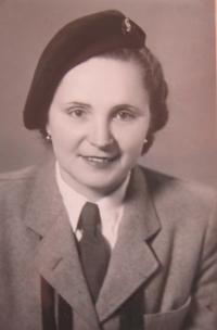 Marie Dedeciusová v sokolském kroji v roce 1948