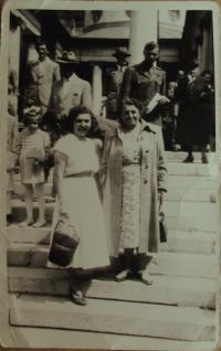Erika Juklová s matkou po válce - 1946