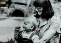 Hana Holcnerová s nejstarší dcerou Veronikou v roce 1985