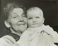 Hanička Ryšková (Holcnerová) s babičkou Eliškou Sušilovou