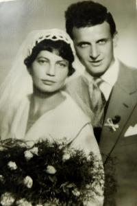Svatební fotografie rodičů Arnošta a Zdeny Ryškových z 22. srpna 1959