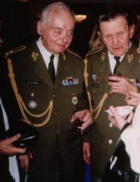 Generálmajor Miroslav Kácha s generálem Antonínem Husníkem 17. prosince 2003