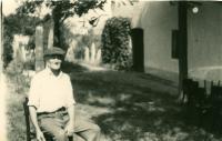 otec Alžbey Vargovej pred domom na židovskom cintoríne