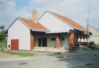 Budova smíšeného zboží ve Vraníně stojící na místě, kde bylo hospodářství manželů Novoralových