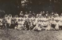 School class in Hlinsk in Volyn. Among children and future husband witness Josef Uhlir