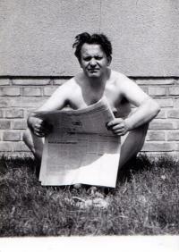 V Roztokách před svým domem, asi 1954