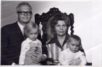 S manželkou a vnučkami Petrou a Pavlou, fotografické studio, 1976