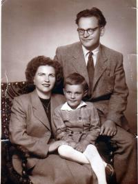 S manželkou a synem Stanislavem, fotografické studio, 1954