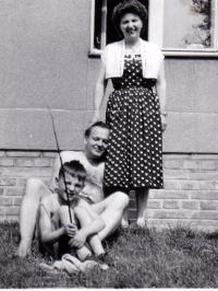 Před svým domem v Roztokách s manželkou a synem, 1958
