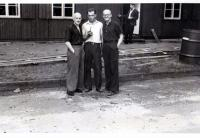 S. Čáslavka v brýlích na nucené práci v Berlíně, s kamarády, 1943