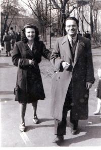 S budoucí manželkou na procházce ve Stromovce, Praha 1947