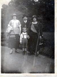 S tatínkem a tetami na procházce ve Stromovce, 1926