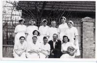 Manželka ve 2.řadě jako dobrovolná sestra Červeného kříže, 50. léta