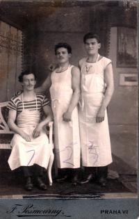 Otec Josef Čáslavka jako pekař v zástěře, Praha 7, 1922