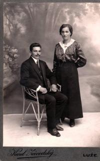 Rodiče Josef a Růžena Čáslavkovi, fotografický ateliér Luže u Vysokého Mýta, asi 1920