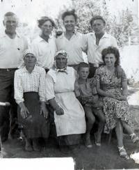 Návštěva rodiny Galiny, zprava bratrVáňa, Bratranec Andrej, SČ, bratranec Voloďa, sestra Marusja, matka Galiny, syn Stanislav, Galina, Novopetrekovka, Doněcká oblast, 1958