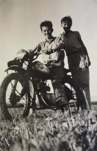 97 Syn pamětnice na motorce