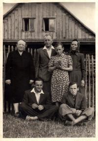 Jan Sedláček (vlevo dole) s rodiči, sourozenci a tetou / 50. léta