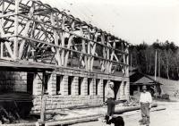 Stavba nové stáje / Jan Sedláček (vlevo) se svým otcem / 1970