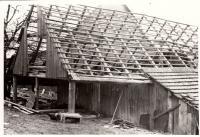 Rozebírání staré stodoly / kolem roku 1980