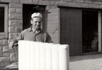 Jan Sedláček s novým radiátorem před chalupou / 80. léta