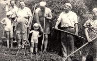 Dcera (děvče vlevo) Pavla Sedláčková (Mikešová) s příbuznými a přáteli / začátek 60. let