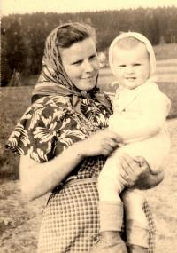 Manželka Jana Sedláčka Marie s dcerou Pavlou / 1958