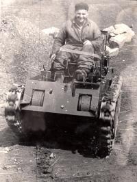 Jan Sedláček na pásovém traktoru / druhá půlka 40. let