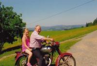 Jan Sedláček na motorce s vnučkou