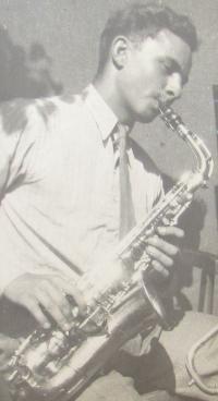 Břetislav Loubal playing the saxophone, August 28, 1948
