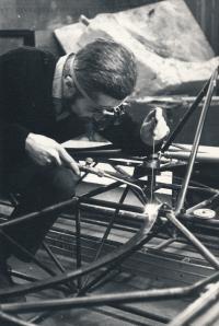 Jindřich Leinweber pracuje na vznášedle (60. léta)
