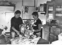 Roza Hodosan and Ottilia Solt in the kitchen (Őriszentpéter, 1984)