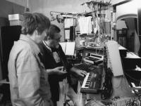 Steina and Woody Vasulka in their Santa Fe studio (NM, United States) circa 1980. (Snímek nesmí být použit k jiným než vzdělávacím účelům.)
