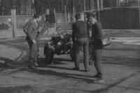 Vilém Kodíček s dalšími vojáky, někteří si již zkouší civilní oblečení, týden před civilem, duben 1982