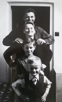 Rodinná fotka se syny, 1976