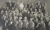 Svaté přijímání, Anton stojí ve 3. řadě čtvrtý zprava vedle učitele, 1942